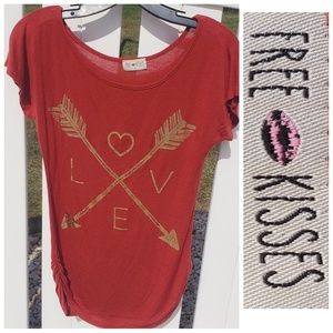 Free kisses Burgundy love arrows graphic tee small